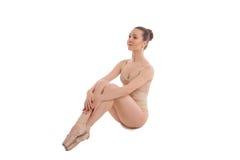 Η νέα όμορφη συνεδρίαση χορευτών μπαλέτου σε κομψό θέτει Στοκ εικόνα με δικαίωμα ελεύθερης χρήσης
