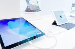 Η νέα Apple Ipad υπέρ στη λεωφόρο αγορών Στοκ φωτογραφία με δικαίωμα ελεύθερης χρήσης