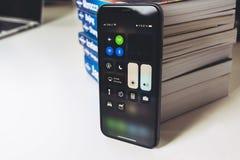 Η νέα Apple Iphone Χ smartphone ναυαρχίδων που τοποθετείται στον άσπρο πίνακα Στοκ εικόνες με δικαίωμα ελεύθερης χρήσης