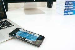 Η νέα Apple Iphone Χ smartphone ναυαρχίδων που τοποθετείται στον άσπρο πίνακα Στοκ Φωτογραφία