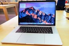 Η νέα Apple Macbook υπέρ 15 Στοκ φωτογραφίες με δικαίωμα ελεύθερης χρήσης