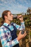 Η νέα Farmer που πίνει το κρασί Στοκ Εικόνες
