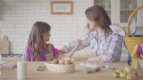 Η νέες μητέρα και η ομιλία κορών στην κουζίνα Γυναίκα που ακούει το συναισθηματικό κορίτσι της, που λέει την ιστορία της απόθεμα βίντεο