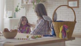 Η νέες μητέρα και η ομιλία κορών στην κουζίνα Το άκουσμα γυναικών το συναισθηματικό κορίτσι της, χαϊδεύει την τρίχα της και απόθεμα βίντεο