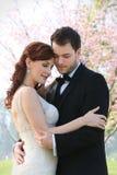 Η νέοι νύφη και ο νεόνυμφος αγκαλιάζουν στοκ εικόνα