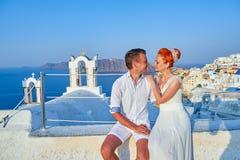 Η νέοι νύφη και ο νεόνυμφος ζευγών γιορτάζουν το γάμο σε Santorini στοκ φωτογραφία