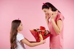Η Νίκαια λίγη κόρη δίνει τα λουλούδια σε όμορφο στοκ φωτογραφία με δικαίωμα ελεύθερης χρήσης