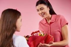 Η Νίκαια λίγη κόρη δίνει τα λουλούδια σε όμορφο στοκ εικόνες με δικαίωμα ελεύθερης χρήσης