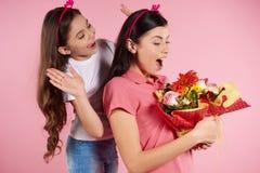 Η Νίκαια λίγη κόρη δίνει τα λουλούδια σε όμορφο στοκ φωτογραφία