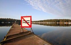 Η ναυσιπλοΐα ύδατος δεν χαρακτηρίζει κανένα κύμα στην αποβάθρα Στοκ Εικόνες