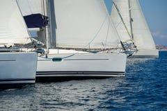Η ναυσιπλοΐα των βαρκών διασχίζει τη γραμμή έναρξης regatta Αγώνας χαρτών Μεσογείων Στοκ φωτογραφίες με δικαίωμα ελεύθερης χρήσης