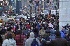 Η ΝΕΑ ΥΌΡΚΗ, ΗΠΑ - 11 Δεκεμβρίου 2011 - οδοί πόλεων είναι συσσωρευμένη των ανθρώπων για τα Χριστούγεννα Στοκ Εικόνες