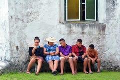 Η νεολαία των Islander μαγείρων κρεμά έξω εξωτερικό Avarua CICC εκκλησία Raroton στοκ εικόνα με δικαίωμα ελεύθερης χρήσης