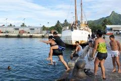 Η νεολαία των Islander μαγείρων κρεμά έξω στο λιμένα Avatiu Rarotonga Cook Ι Στοκ φωτογραφία με δικαίωμα ελεύθερης χρήσης