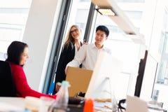 Η νεοσύστατη εταιρεία κινείται στο νέο γραφείο τους Στοκ φωτογραφία με δικαίωμα ελεύθερης χρήσης