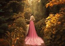 Η νεράιδα περπατά στον κήπο φθινοπώρου Στοκ Φωτογραφίες