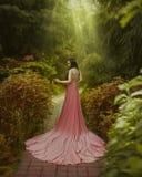 Η νεράιδα περπατά στο θερινό κήπο Στοκ Φωτογραφία