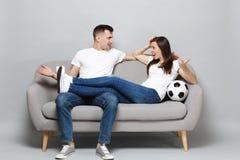 Η νευρική ευθυμία οπαδών ποδοσφαίρου ανδρών γυναικών ζευγών υποστηρίζει επάνω την αγαπημένη ομάδα με τα χέρια διάδοσης σφαιρών πο στοκ φωτογραφίες