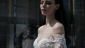 Η νευρική νύφη στέκεται δίπλα στο κατάστημα απόθεμα βίντεο