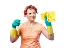 Η νοικοκυρά με το κουρέλι σκουπίζει και καθαρίζοντας ψεκασμός Στοκ φωτογραφία με δικαίωμα ελεύθερης χρήσης