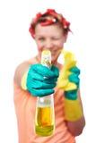 Η νοικοκυρά με το κουρέλι σκουπίζει και καθαρίζοντας ψεκασμός Στοκ Φωτογραφίες