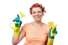 Η νοικοκυρά με το κουρέλι σκουπίζει και καθαρίζοντας ψεκασμός Στοκ φωτογραφίες με δικαίωμα ελεύθερης χρήσης