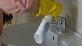Η νοικοκυρά που εφαρμόζει το απορρυπαντικό στη βρύση, επιθυμεί να ξεφορτωθεί τη σκουριά και τους λεκέδες, δασμός απόθεμα βίντεο