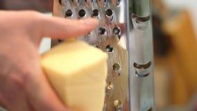 Η νοικοκυρά προετοιμάζει το τυρί λουκάνικων ψήνει, λαδώνει τη ζύμη με  απόθεμα βίντεο