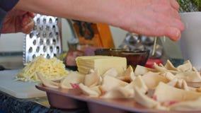 Η νοικοκυρά προετοιμάζει το τυρί λουκάνικων ψήνει με την τοποθέτηση τ απόθεμα βίντεο