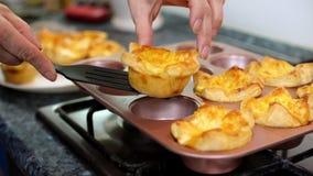 Η νοικοκυρά σχεδιάζει το τυρί λουκάνικων ψήνει απόθεμα βίντεο