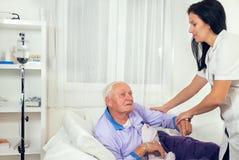 Η νοσοκόμα βοηθά τον ασθενή παίρνει από το κρεβάτι στοκ φωτογραφία με δικαίωμα ελεύθερης χρήσης