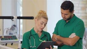 Η νοσοκόμα σημειώνει τις οδηγίες από το γιατρό απόθεμα βίντεο