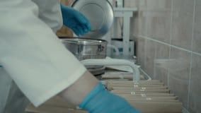 Η νοσοκόμα σχεδιάζει τις οδοντικές συσκευές απόθεμα βίντεο
