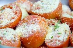 Η ντομάτα ψήνει με το τυρί στο υπόβαθρο πιάτων στοκ φωτογραφία με δικαίωμα ελεύθερης χρήσης