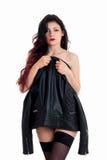 Η ντροπαλή νέα γυναίκα brunette κρύβει το nude σώμα της πίσω από ένα σακάκι δέρματος Στοκ φωτογραφία με δικαίωμα ελεύθερης χρήσης