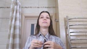 Η νυσταλέα γυναίκα που ξύπνησε μόλις με μια απόλυση στο λουτρό στερεώνει το πουκάμισό της και τακτοποιείται απόθεμα βίντεο