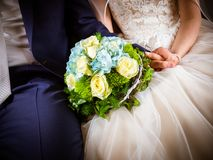 Η νυφική ανθοδέσμη με τα άσπρα και μπλε τριαντάφυλλα Στοκ Φωτογραφίες