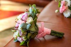 Η νυφική ανθοδέσμη με τα τριαντάφυλλα, το anemone και το βατράχιο ανθίζει, παραδοσιακή floral σύνθεση για τη γαμήλια τελετή στοκ φωτογραφία με δικαίωμα ελεύθερης χρήσης