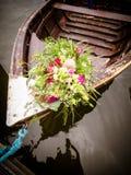Η νυφική ανθοδέσμη στη βάρκα Στοκ φωτογραφία με δικαίωμα ελεύθερης χρήσης