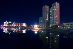 Η νυχτερινή όχθη ποταμού Ishim. Πόλη Astana στοκ εικόνες με δικαίωμα ελεύθερης χρήσης