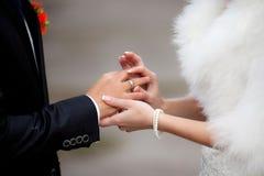 Η νύφη έβαλε το γαμήλιο δαχτυλίδι στο νεόνυμφο Στοκ Φωτογραφίες