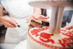 Η νύφη έκοψε το κέικ Στοκ φωτογραφίες με δικαίωμα ελεύθερης χρήσης