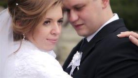 Η νύφη αγκαλιάζει του νεόνυμφου απόθεμα βίντεο