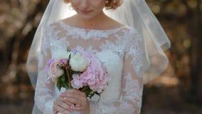 Η νύφη αισθάνεται τη μυρωδιά της γαμήλιας ανθοδέσμης απόθεμα βίντεο