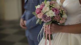 η νύφη ανθοδεσμών δίνει το &gamm ευτυχής εκλεκτής ποιότητας γάμος ημέρας ζευγών ιματισμού κίνηση αργή απόθεμα βίντεο