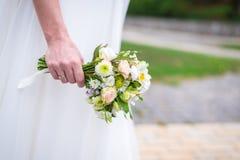 η νύφη ανθοδεσμών δίνει το &gamm Στοκ εικόνες με δικαίωμα ελεύθερης χρήσης