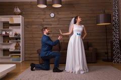 Η νύφη απορρίπτει την πρόταση γάμου του νεόνυμφου Στοκ Εικόνες