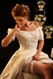 Η νύφη βάζει νυφικό garter πριν από τη γαμήλια τελετή Στοκ φωτογραφία με δικαίωμα ελεύθερης χρήσης