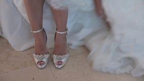 Η νύφη βάζει στα γαμήλια παπούτσια απόθεμα βίντεο