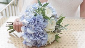 Η νύφη βάζει τα γαμήλια λουλούδια στον πίνακα απόθεμα βίντεο